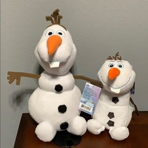 Set of two Olaf, plush and plush bank.